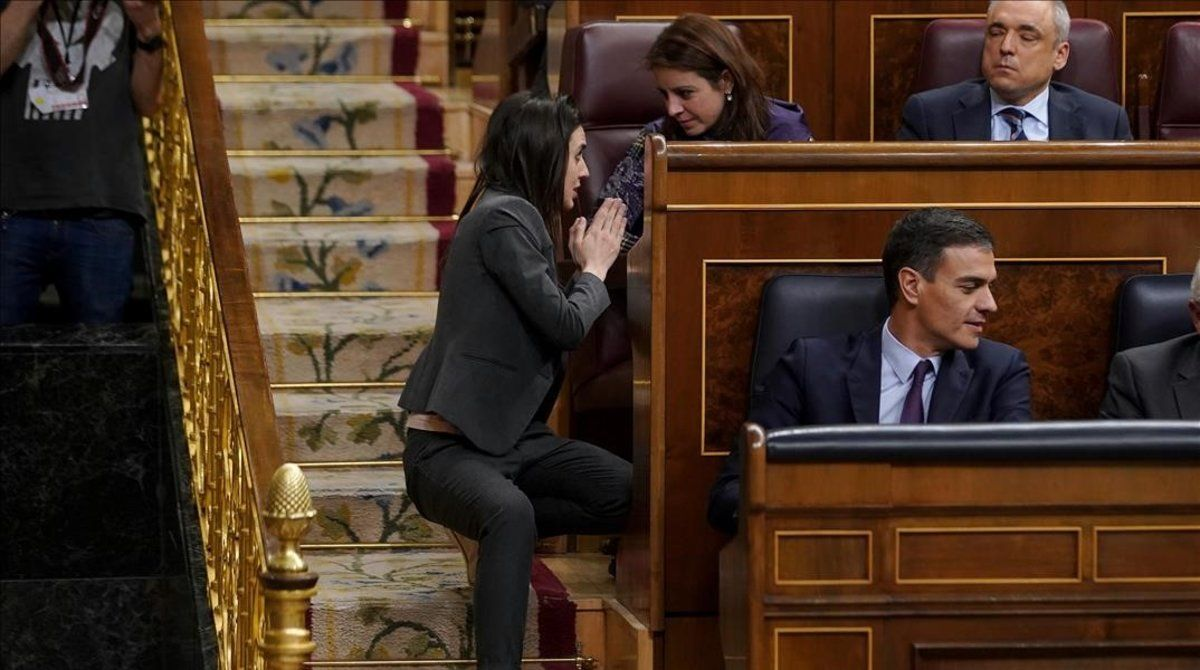 Irene Montero y Adriana Lastra conversan en presencia de Pedro Sánchez, el pasado 12 de febrero en el Congreso de los Diputados.