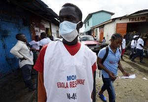 Un sanitario visita las calles de Monrovia, en Liberia.