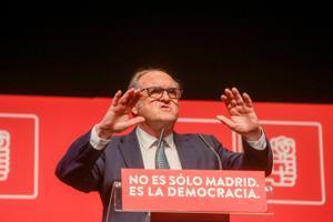 El candidato socialista el 4-M, Ángel Gabilondo, durante un acto de campaña en Leganés este 28 de abril.