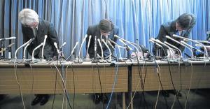 Directivos de Mitsubishi muestran sus excusas por haber falseado datos, la semana pasadaen Tokio.