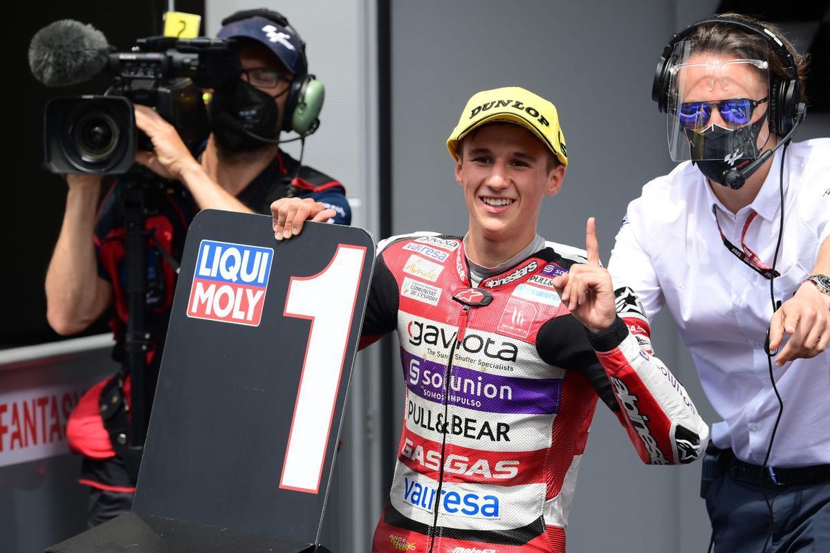 El piloto Sergio García del equipo Gas Gas celebra su triunfo en la carrera de moto 3 del GP de Catalunya
