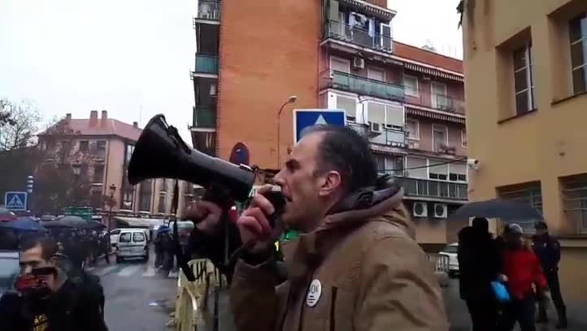 Javier Ortega Smith, secretario general de Vox, arenga a miembros de Jusapol que el 2 de marzo de 2018 hacían un escrache a los sindicatos policiales en Madrid.