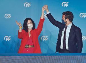 isabel Díaz Ayuso y Pablo Casado, la noche del 4 de mayo, celebran en el balcón de la sede del PP el triunfo del partido en las elecciones autonómicas.