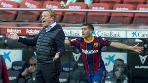 Koeman y Sergi Roberto protestan por una decisión del árbitro.