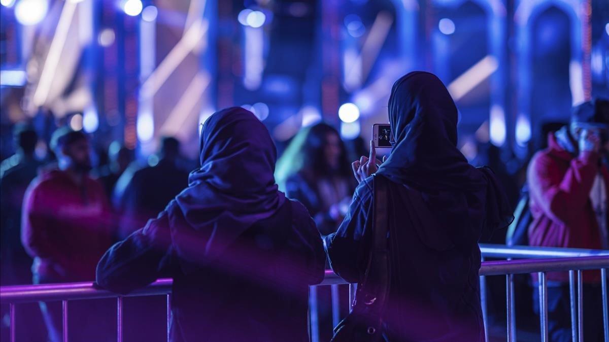 Dos jóvenes, en uno de los conciertos celebrados el pasado día 20en el marco del MDL Beast Festival en Riad.