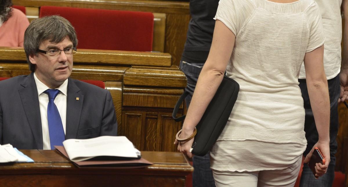 Puigdemont en el Parlament, en el momento en que entran miembros de la CUP.