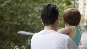 Àlex, padre transexual, con su hijo de 16 meses, al que alumbró.