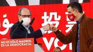 Pedro Sánchez afirma que los ultras se asoman a los medios y esparcen el veneno del odio. En la foto, Sánchez junto a Ángel Gabilondo en un mitin en Getafe.