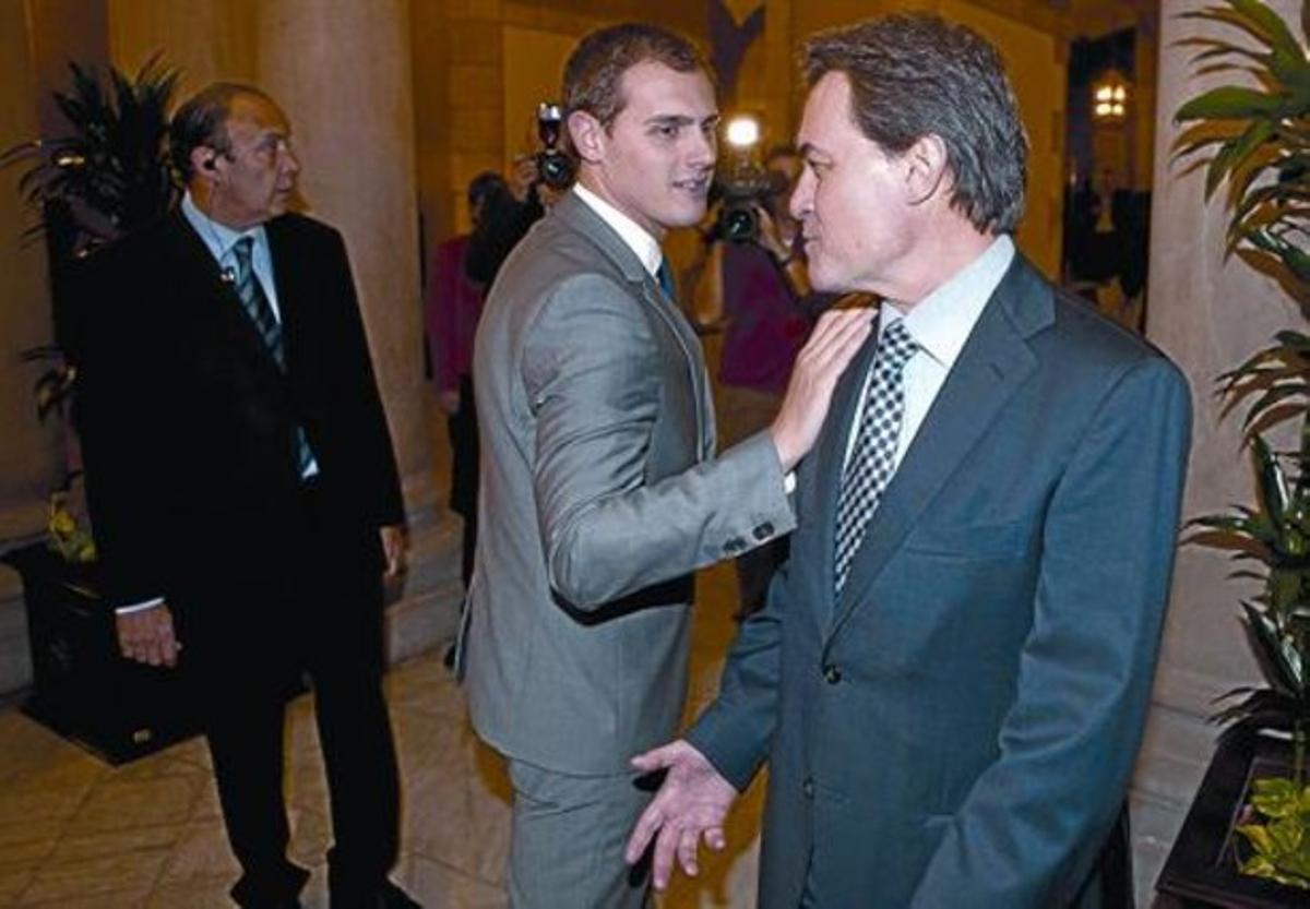 El líder de Ciutadans, Albert Rivera, y el 'president' electo, Artur Mas, charlan en los pasillos del Parlament.