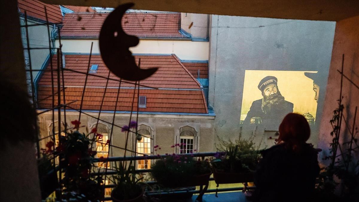 El grupo de artistas Meta Grey proyecta películas en las fachadas de algunos edificios de Berlín mientras esten cerrados los cines
