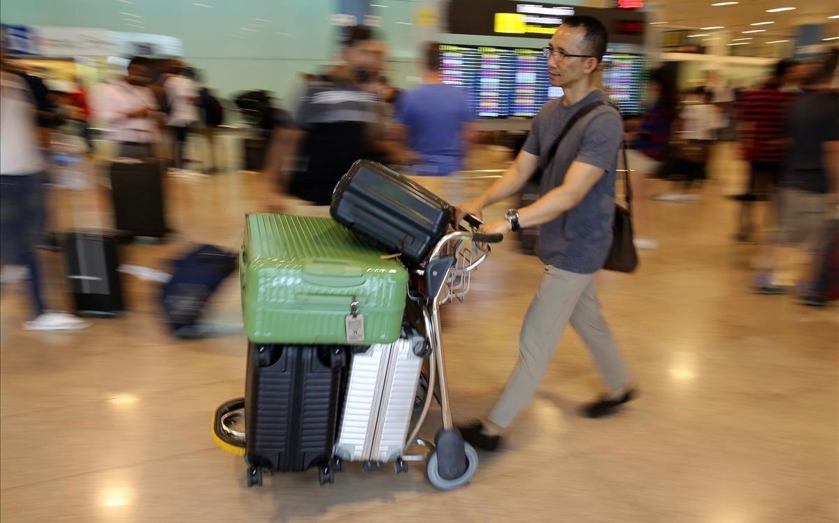 Un viajero en el Aeropuerto de Barcelona.