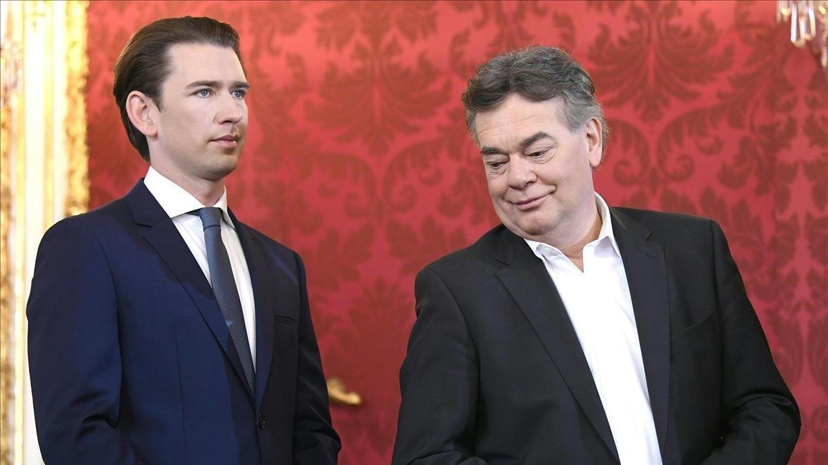 El canciller austriaco y presidente del OeVP, Sebastian Kurz (izquierda), y el líder de los Verdes y nuevo vicecanciller, Werner Kogler, durante la ceremonia de juramento del nuevo gobierno de coalición.