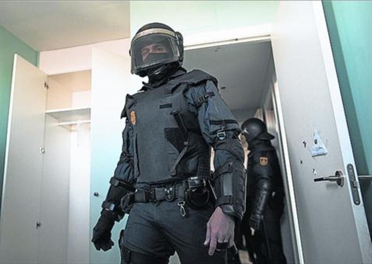 Los agentes consiguen entrar tras derribar la puerta.