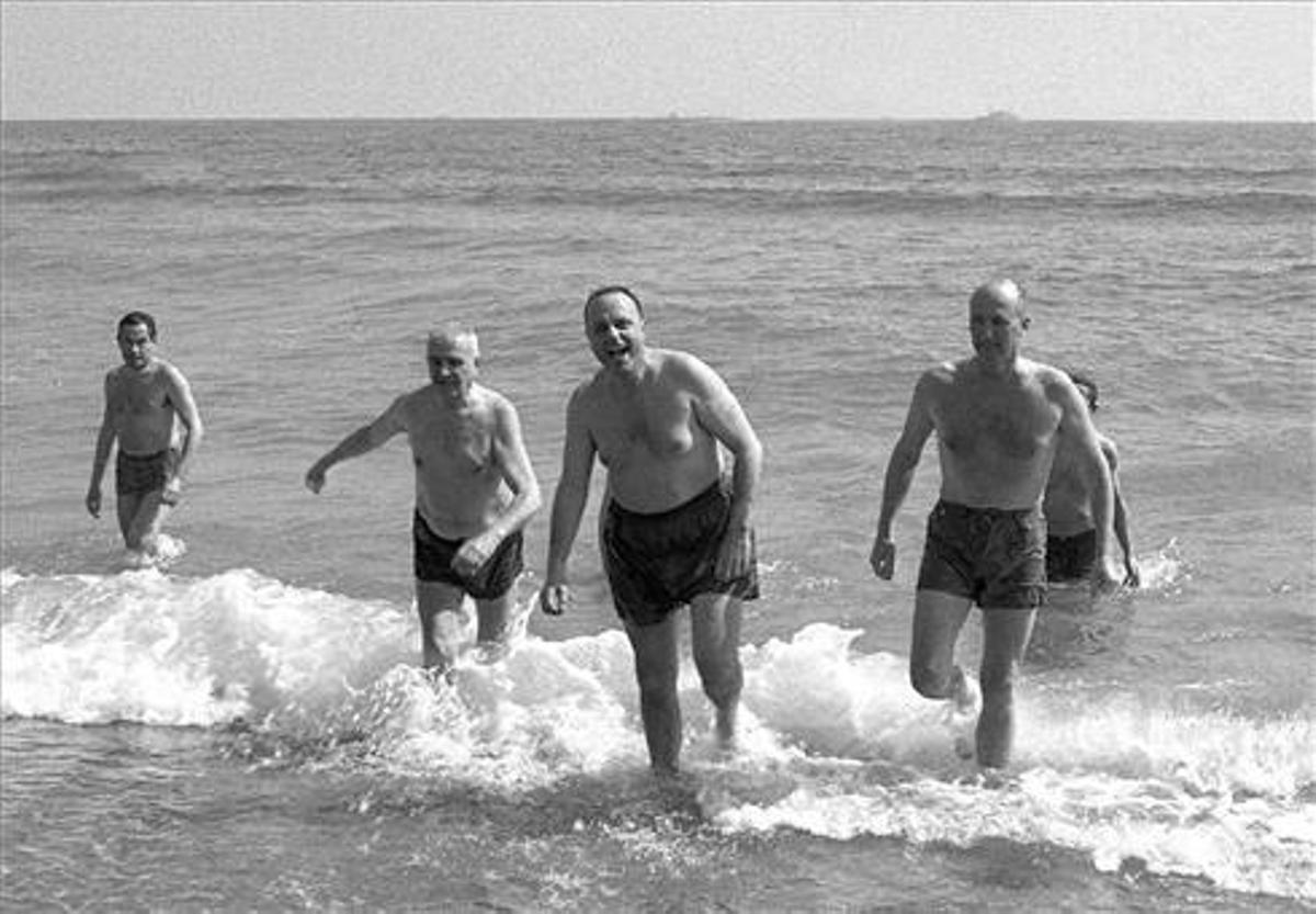 Manuel Fraga emerge de las aguas de Palomares, en 1966.