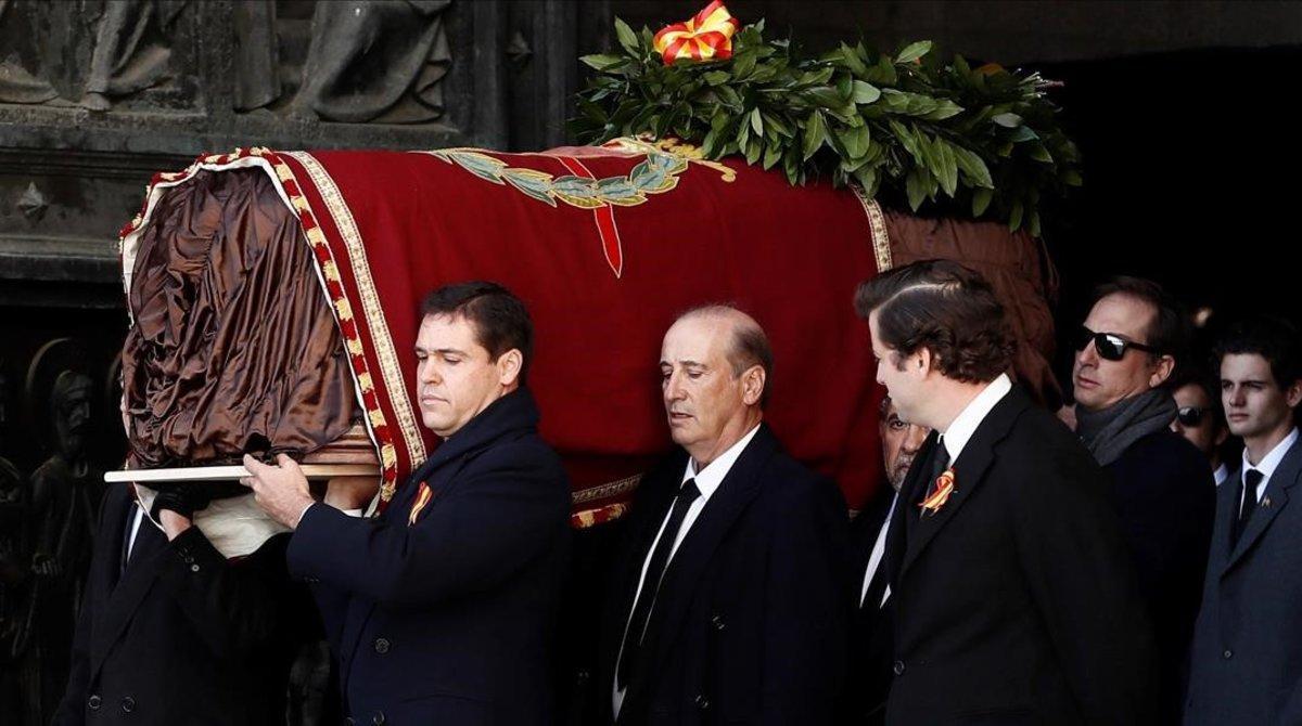 Los familiares de Franco trasladan el féretro.