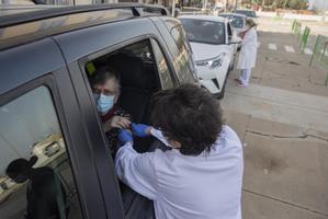 Una enfermera del CAP Ernest Lluch vacuna a un paciente a bordo de su coche.