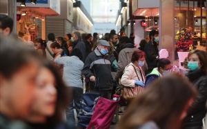 Compras en el mercado de Sant Antoni durante el confinamiento por el coronavirus.