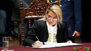 La presidenta interina de Bolivia, Jeanine Áñez, firma la ley para convocarnuevas elecciones en Bolivia.
