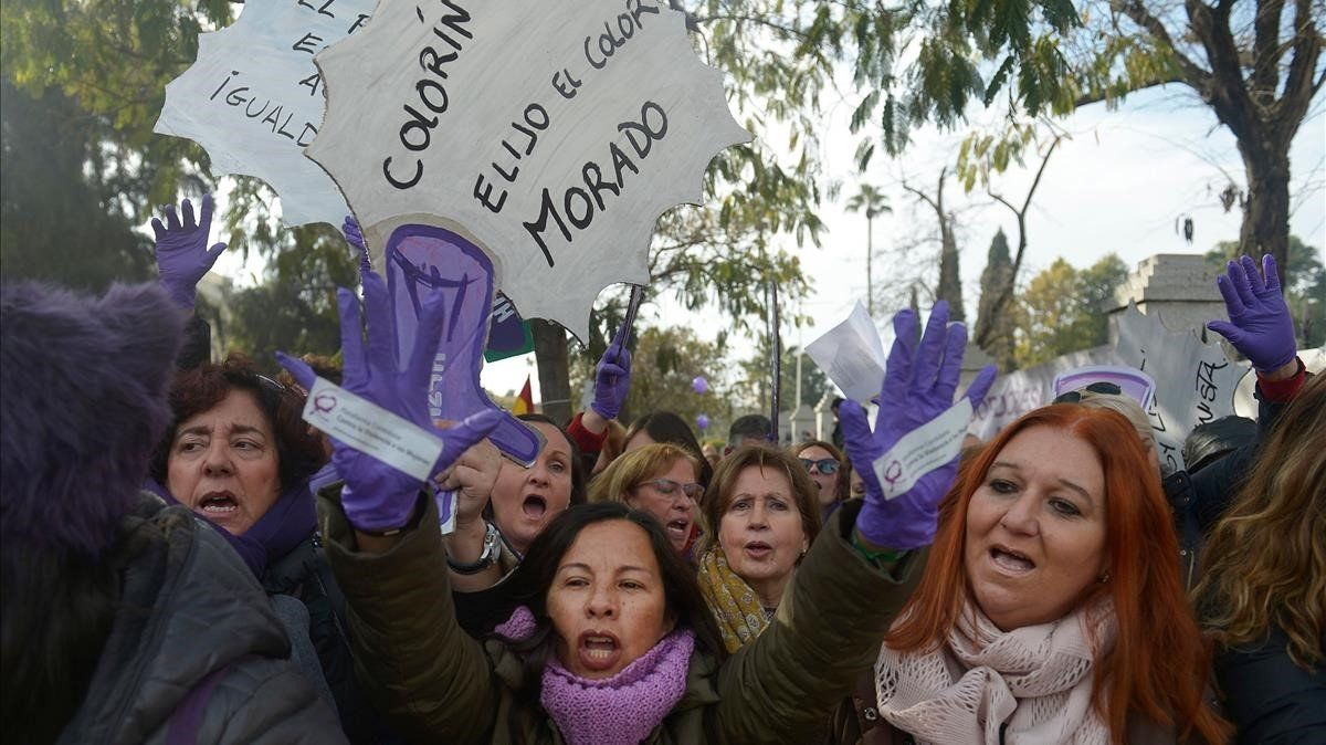 Mujeres protestan por la presencia de Voxen el Parlamento andaluz.