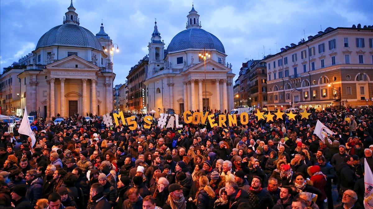 La Piazza del Popolo, de Roma, llena a rebosar en el último acto electoral del M5S, el viernes 2 de marzo.