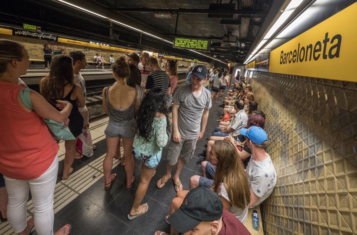 Verbena de Sant Joan. Metro Barceloneta de madrugada