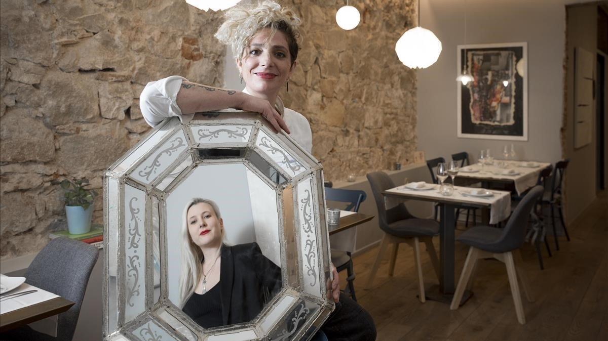 Natalia Jokiel, reflejada en el espejo que sujeta la cocinera Melissa Herrera en el restaurante Valmas.