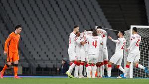 Los jugadores de Turquía festejan uno de los goles en presencia de Berghuis.