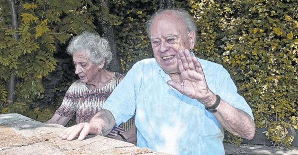 Jordi Pujol saluda en la casa de Queralbs junto a Marta Ferrusola.