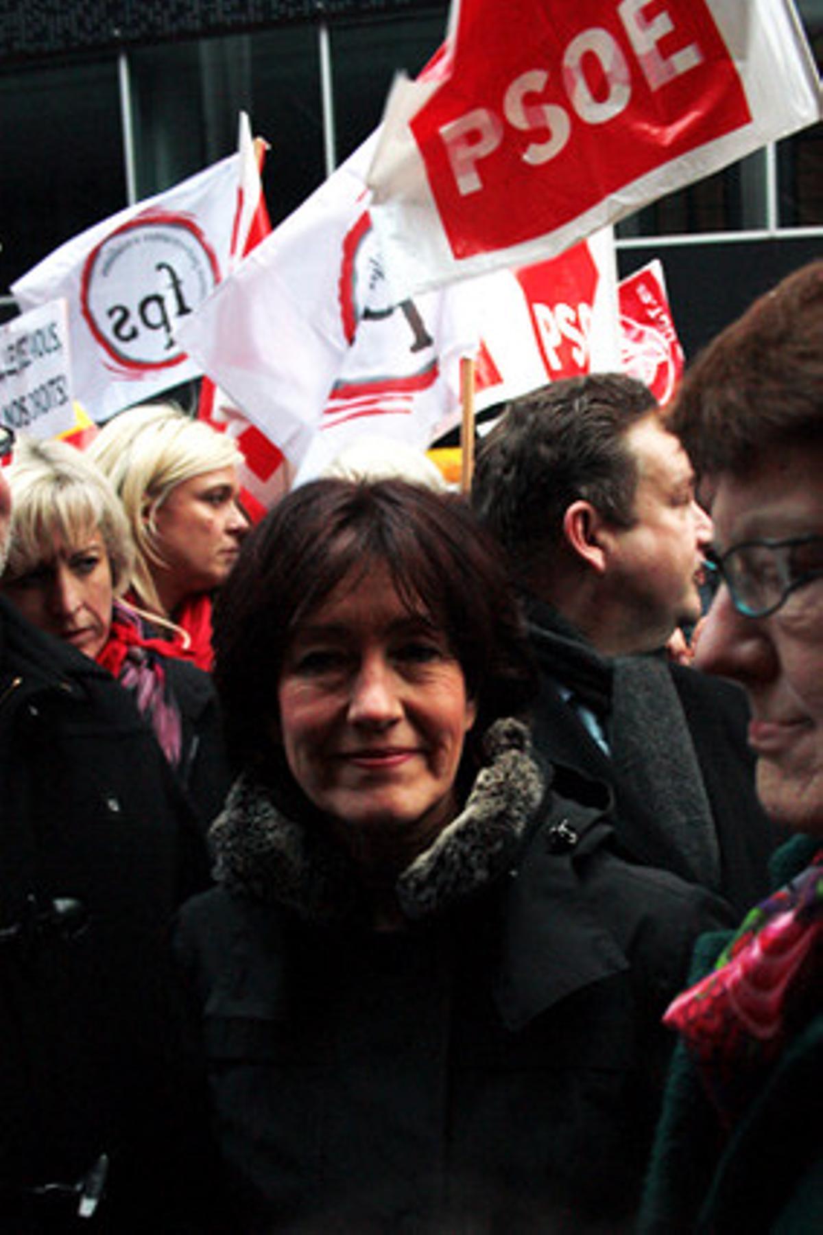 Aspecto de la manifestación frente a la embajada española contra la reforma de la ley del aborto, este miércoles.