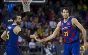 Abrines (derecha) choca la mano con Ribas en un reciente encuentro del Barça