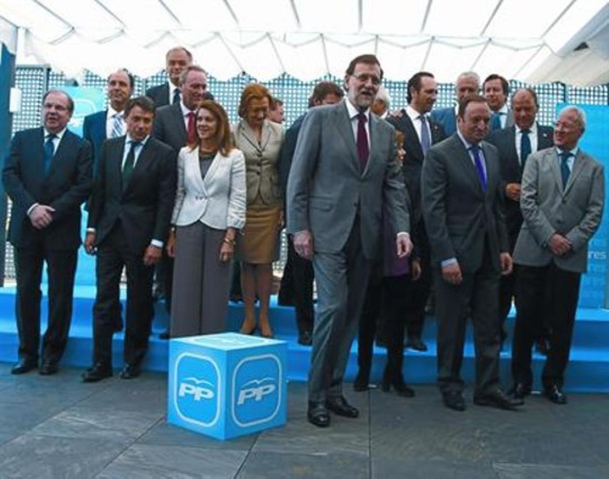 Rajoy posa con los baronesy la cúpula del PP antes del almuerzo de trabajo, ayer.