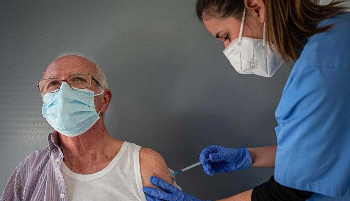 Una enfermera inyecta el suero a un paciente, en Barcelona