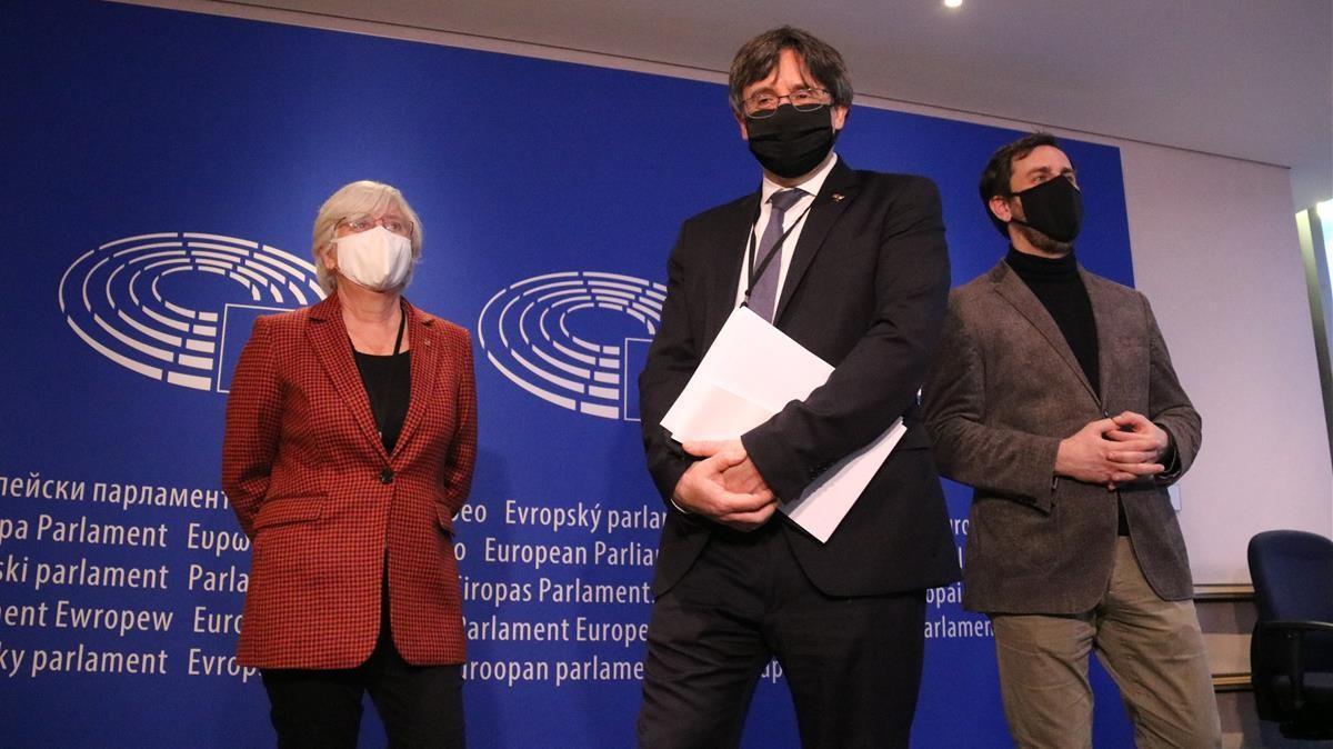 Los eurodiputados Carles Puigdemont,Clara Ponsati i Toni Comin a la entrada de la vista en la Eurocámara por el suplicatorio.