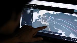 Un ingeniero revisa un mapa en directo con las posibles amenazas de ciberataque en su oficina en Estambul.