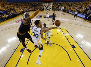MON130. OAKLAND (EE.UU.), 01/06/2017.- Stephen Curry (c) de Golden State Warriors disputa el balón con LeBron James (i) de Cleveland Cavaliers hoy, jueves 1 de junio de 2017, durante el primer juego de la final de la NBA entre Cleveland Cavaliers y Golden State Warriors, que se disputa en el Oracle Arena, en Oakland, California (Estados Unidos). EFE/MARCIO JOSE SANCHEZ / POOL