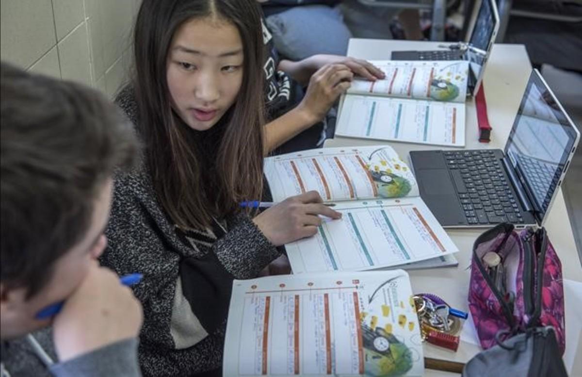 Estudiantes del colegio El Pilar de Premià de Mar trabajan con los materiales de Teide Projectes.
