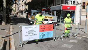 Colocación de vallas para cortar el tráfico en el lateral de la Diagonal con el paseo de Sant Joan, en Barcelona.