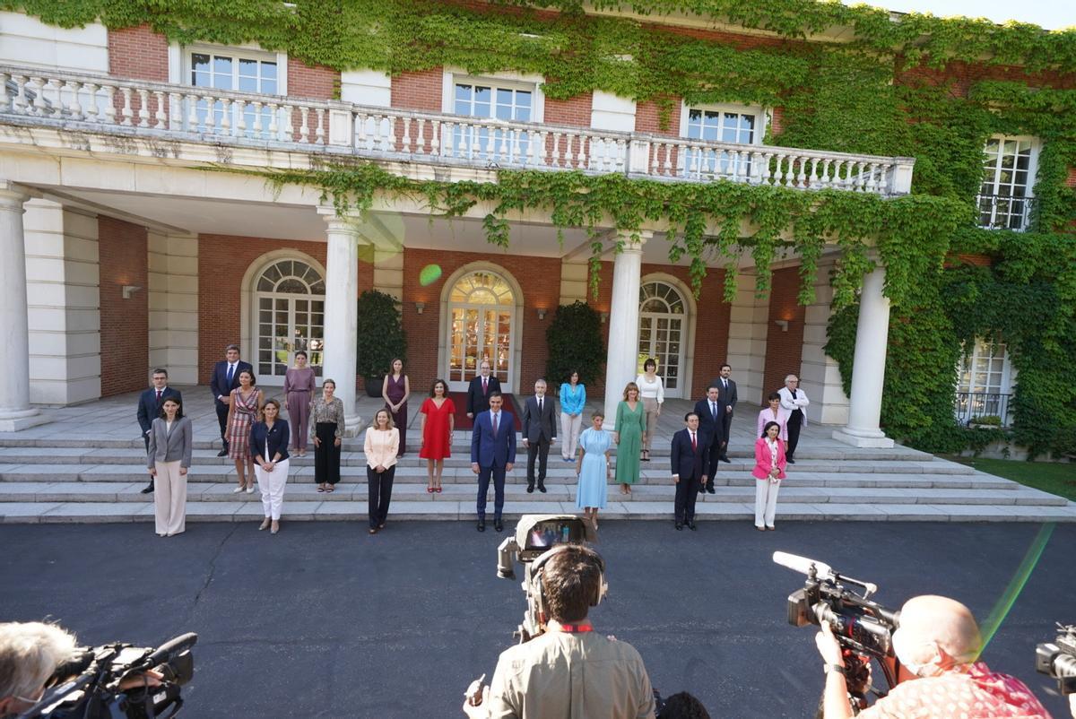 Nueva foto de familia del Consejo de Ministros en las escalinatas de la Moncloa, este 13 de julio.