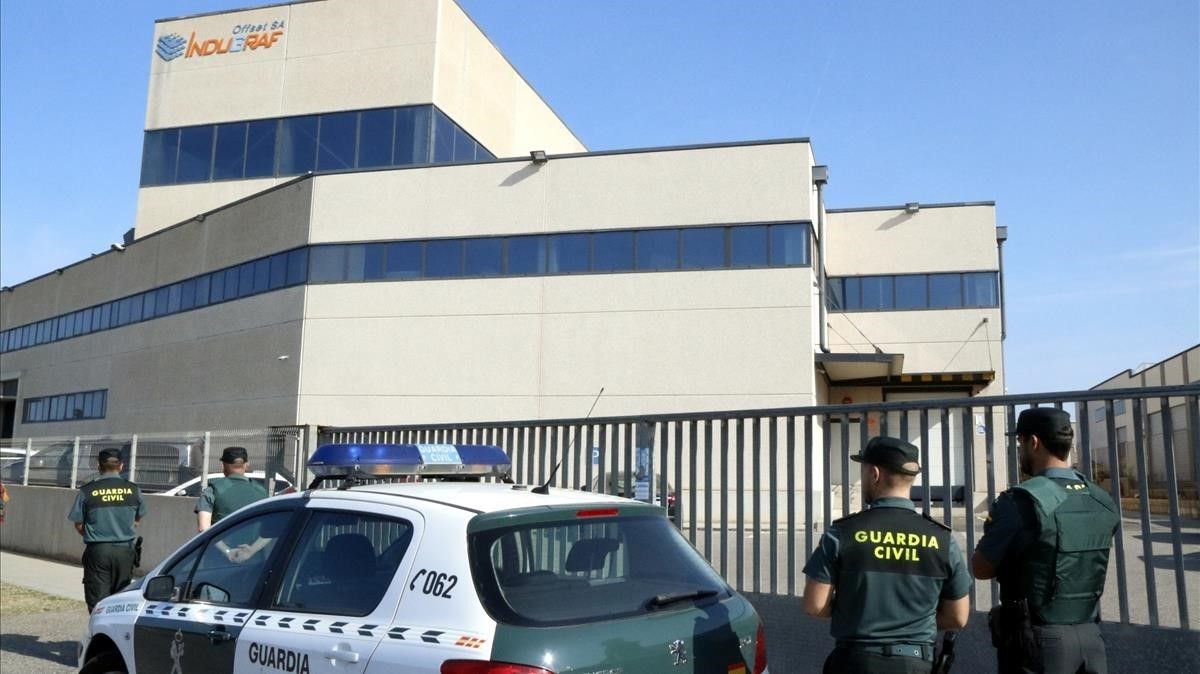 Agentes de la Guardia Civil frente a la imprenta Indugraf, en Constantí.