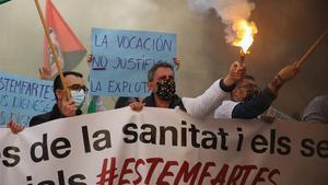 Manifestación de sanitarios en huelga descienden por la Vía Laietana.