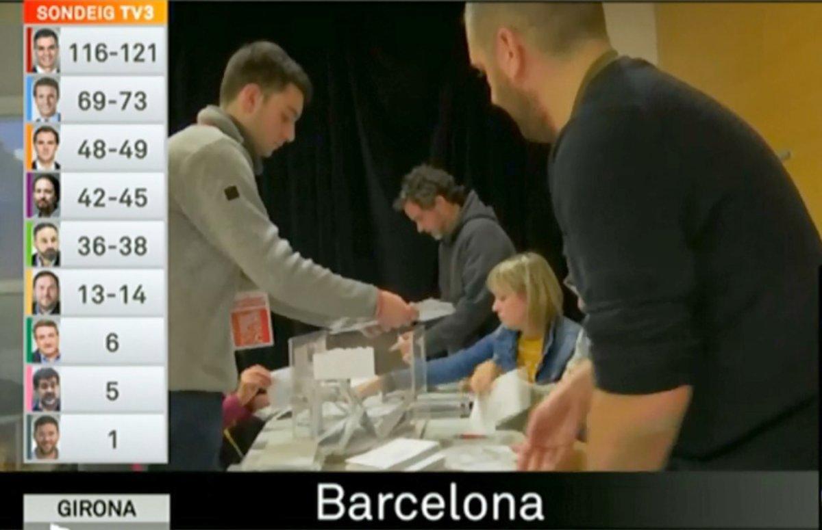 Un apoderado contando votos en un colegio electoral de Sant Andreu,en Barcelona.