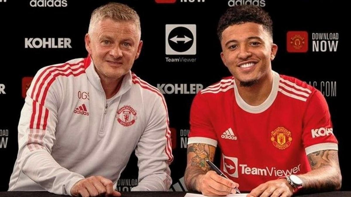 Sancho firma su contrato con el United junto a su nuevo técnico, Solskjaer.