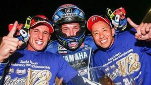 Pol Espargaró, Alex Lowes y Katsuyuki Nakasuyga celebran la victoria en las 8 Horas de Suzuka.