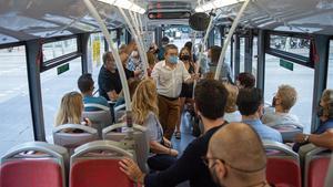 Vecinas de la plataforma Salvem el 41 y varios concejales, en el viaje inaugural esta mañana del nuevo 141.