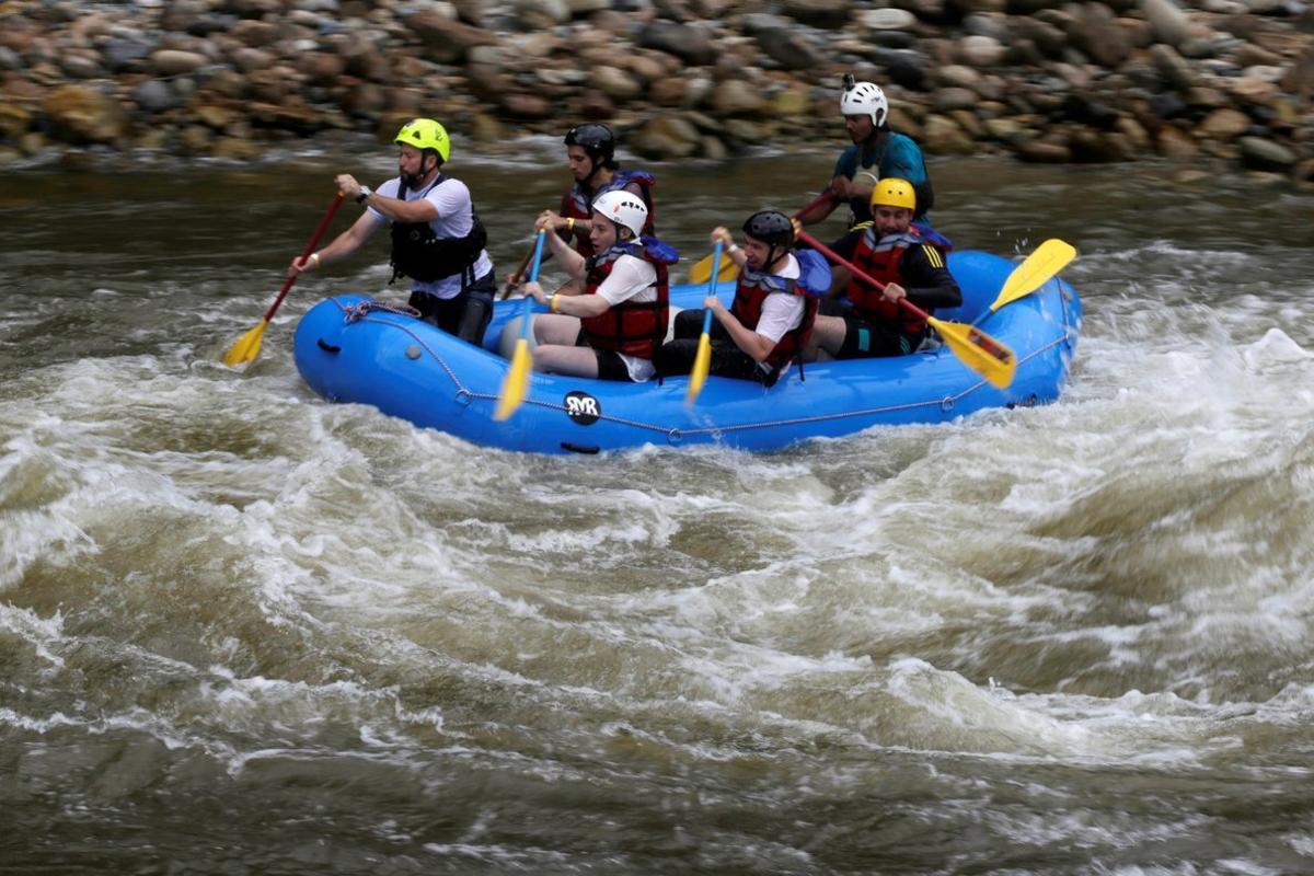 Un grupo de exmiembros de las FARC en el equipo nacional derafting en Colombia.