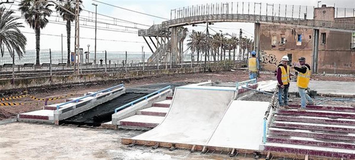Operarios en la zona que acogerá la nueva pista de 'skate', el miércoles.