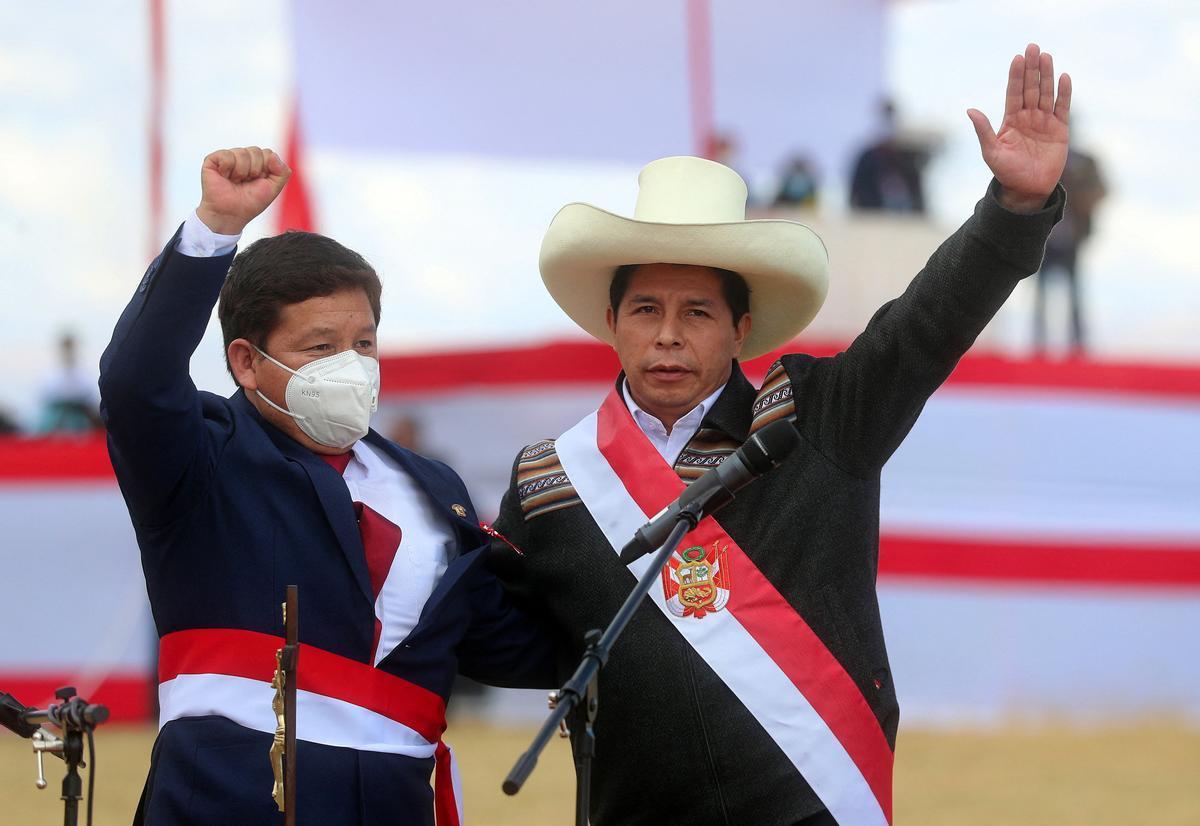 Guido Bellido junto a Pedro Castillo durante su ceremonia de juramento.