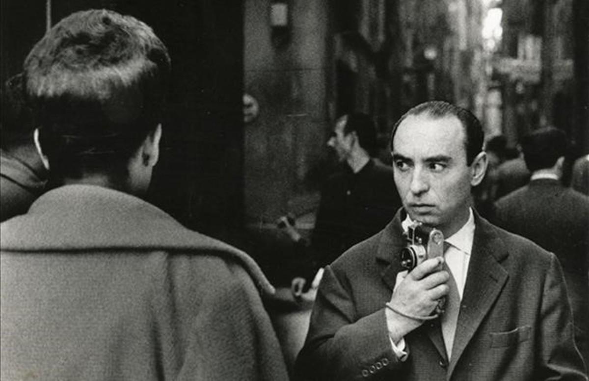 Joan Colom, en las calles del Raval en 1961, retratado por su amigo Ignasi Marroyo.