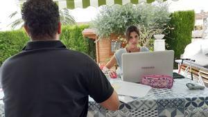 Dos personas teletrabajan en su domicilio, el pasado verano.