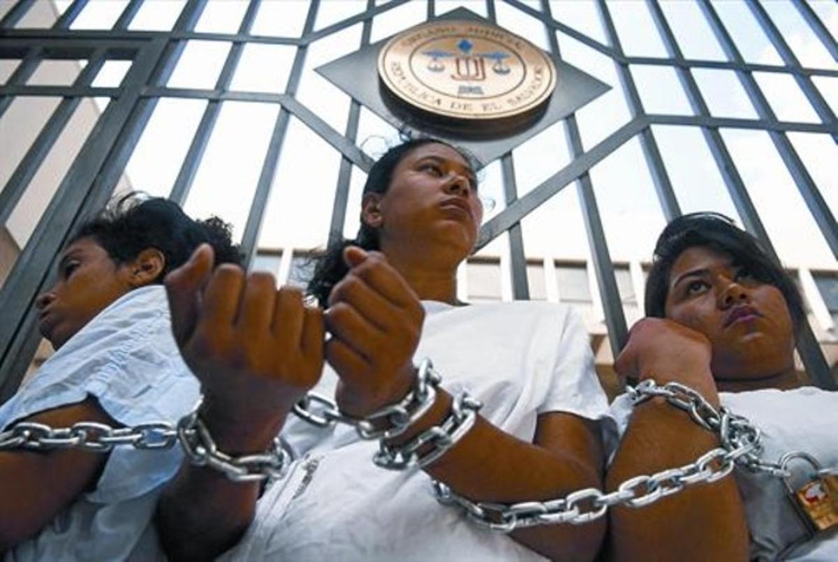 Un grupo de mujeres encandenadas ante el Tribunal Supremo de San Salvador, el pasado 15 de mayo.